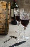Oktawa i dwa wineglasses jesteśmy na grabić Zdjęcie Royalty Free