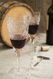 Oktawa i dwa wineglasses jesteśmy na grabić Obrazy Royalty Free