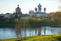 Oktober-Abend auf dem Tikhvinka-Fluss Ansicht der Tempel des Tikhvin-Klosters, Russland Stockfoto