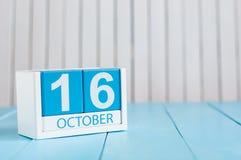 16. Oktober Bild vom 16. Oktober des hölzernen Farbkalenders auf weißem Hintergrund Nebel auf dem Feld Leerer Platz für Text Stockbilder
