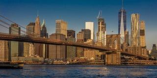 24. Oktober 2016 - BROOKLYN NEW YORK - Brooklyn-Brücke und NYC-Skyline gesehen von Brooklyn bei Sonnenaufgang Stockbilder
