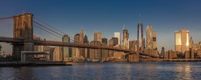 24. Oktober 2016 - BROOKLYN NEW YORK - Brooklyn-Brücke und NYC-Skyline gesehen von Brooklyn bei Sonnenaufgang Stockfoto