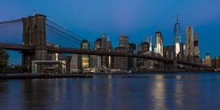 24. Oktober 2016 - BROOKLYN NEW YORK - Brooklyn-Brücke und NYC-Skyline gesehen von Brooklyn bei Sonnenuntergang Stockfoto