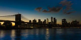 24. Oktober 2016 - BROOKLYN NEW YORK - Brooklyn-Brücke und NYC-Skyline gesehen von Brooklyn bei Sonnenuntergang Lizenzfreie Stockfotografie