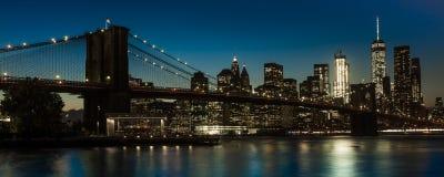 24. Oktober 2016 - BROOKLYN NEW YORK - Brooklyn-Brücke und NYC-Skyline gesehen von Brooklyn bei Sonnenuntergang Stockbilder