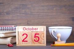 25 oktober close-up houten kalender Tijd planning en bedrijfsachtergrond Stock Afbeeldingen