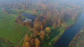 Oktober-dag over luchtvideo de van landgoed 'Trigorskoe ' De Bergen van Pushkin stock videobeelden