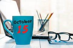 15 oktober Dag 15 van maand, hete koffiekop met kalender op accauntant werkplaatsachtergrond Autumn Time Lege ruimte Stock Afbeeldingen