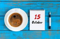 15 oktober Dag 15 van oktober-maand, kalender op werkboek met koffiekop bij de achtergrond van de studentenwerkplaats Autumn Time Stock Foto