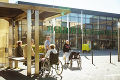 Oktober 2018 Deutschland, Helios Klinikum Krefeld Eine Gruppe Pensionäre in den Rollstuhlresten auf einem Quadrat, in einem Park  stockfoto