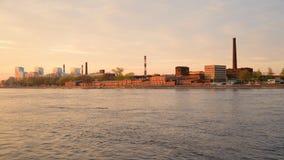 Oktober-dijk van Neva River, rand van St. Petersburg stock footage