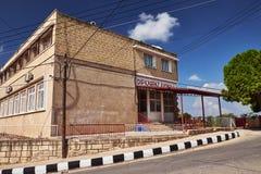Oktober 2015, Dipcarpaz, Noordelijk Cyprus - School van Rizokarpaso op het eiland van Cyprus op zonnige dag stock afbeeldingen