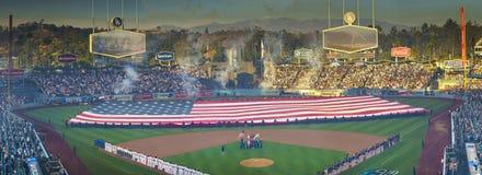 OKTOBER 26, 2018 - DODGER STADIUM, LOS ANGELES, KALIFORNIEN, USA - jätteUSA-flaggan vecklas ut för ceremo för öppning för World S royaltyfri bild