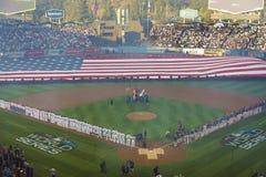 OKTOBER 26, 2018 - DODGER STADIUM, LOS ANGELES, KALIFORNIEN, USA - jätteUSA-flaggan vecklas ut för ceremo för öppning för World S fotografering för bildbyråer