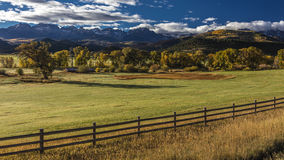 1. Oktober 2016 - doppelte RL-Ranch nahe Ridgway, Colorado USA mit der Sneffels-Strecke in San Juan Mountains Lizenzfreie Stockfotografie