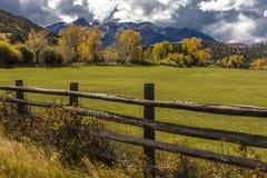 1 OKTOBER, 2016 - Dubbele RL-Boerderij dichtbij Ridgway, Colorado de V.S. met de Sneffels-Waaier in San Juan Mountains Stock Afbeeldingen