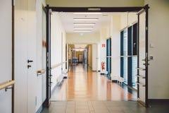 Oktober 2018 Duitsland Helios Klinikum Krefeld Het binnenlandse ziekenhuis binnen Ruime verlaten gangen van post, vloer van nieuw stock foto