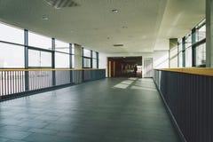 Oktober 2018 Duitsland Helios Klinikum Krefeld Het binnenlandse ziekenhuis binnen Ruime verlaten gangen van post, vloer van nieuw royalty-vrije stock foto's