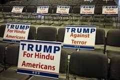 15 OKTOBER, 2016, EDISON, NJ - de Indische Amerikaanse tekens voor Donald Trump verzamelen in Edison New Jersey Hindu Indian-Amer Royalty-vrije Stock Foto's