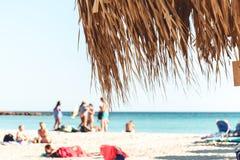 2 oktober, 2017, Elafonissi, Griekenland - mensen uit nadruk bij Elafonissi-strand royalty-vrije stock fotografie