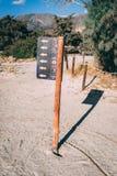 2 oktober, 2017, Elafonissi, Griekenland - onderteken bij Elafonissi-strand royalty-vrije stock afbeeldingen