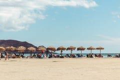 Oktober 2, 2017, Elafonissi, Griekenland - sunbeds en hooiparaplu's bij Elafonissi-strand royalty-vrije stock afbeelding