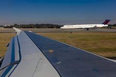 29. Oktober 2016 - Flugzeugflügelansicht des Flugzeugs entfernend vom Flughafen Stockfotografie