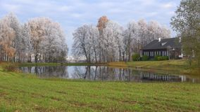Oktober frost i den gods`-Trigorskoe `en, Blodiga Pushkinskie, Ryssland stock video