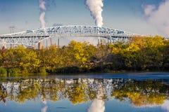 15 OKTOBER, 2016, George C Platt Herdenkingsbrug en raffinaderijschoorsteen, Zuiden van Philadelphia, PA Royalty-vrije Stock Afbeeldingen