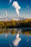 OKTOBER 15, 2016, George C Platt minnes- bro och raffinaderifabriksskorsten, söder av Philadelphia, PA Royaltyfri Foto