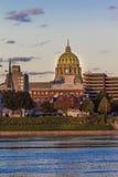 25 OKTOBER, 2016 - HARRISBURG, PENNSYLVANIA, de Stadshorizon en het Capitool van de Staat schoten bij schemer van Susquehanna-Riv Stock Foto