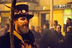 17 Oktober, 2015, Hastings, het UK, Mens kleedde zich omhoog voor vuuroptocht Stock Afbeelding