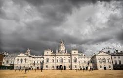 Oktober 2012: Ihre Majestys Pferdeabdeckungen, die durch das Haushalts-Abteilungs-Denkmal überschreiten Lizenzfreies Stockbild