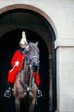 Oktober 2012: Ihre Majestys Pferdeabdeckungen, die durch das Haushalts-Abteilungs-Denkmal überschreiten Stockfotografie