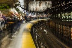 24. Oktober 2016 - Impressionist verwischte die Ansicht von U-Bahnreitern im NYC-Untergrundbahnsystem und wartete auf Zug - Spezi Stockfotos