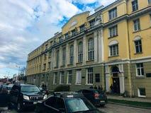 Oktober 20, 2017, Kaliningrad, straat, mensen, auto's en bussen royalty-vrije stock foto's