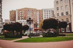 Oktober 20, 2017, Kaliningrad, straat, mensen, auto's en bussen stock afbeeldingen