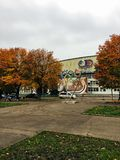 Oktober 20, 2017, Kaliningrad, straat, mensen, auto's en bussen royalty-vrije stock fotografie