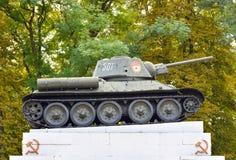 20 oktober, 2016 - kamianets-Podilskyi, de Oekraïne: Tank t-34 op het voetstuk Soviet tank van de tweede oorlog Royalty-vrije Stock Fotografie