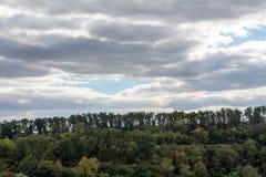 Oktober lövfällande europeisk skog arkivbild
