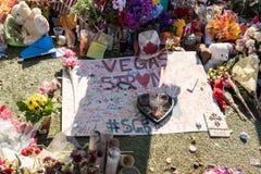 OKTOBER 13 2017 LAS VEGAS NV: Blommor gåvastearinljuslinje minnesmärke att parkera på välkomnandet till det Las Vegas tecknet vid arkivfoto