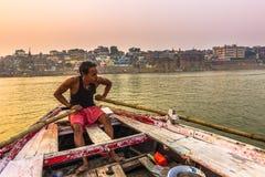 31 oktober, 2014: Mens die de Ganga-rivier op een boot in Va kruist Royalty-vrije Stock Afbeeldingen