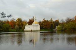 Oktober morgon i Catherine Park i Tsarskoe Selo Arkivfoton