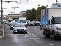 Oktober 2017 Moskau, Russland Überwachen Sie Streifenwagen im Fluss des Verkehrs mit der enthaltenen Sirene und dem Röhrenblitz p Lizenzfreies Stockfoto