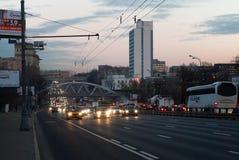 Oktober 2017 Moskau, Russland Straße die Warschau-Landstraße nahe dem Schnitt mit der Moskau-Ringeisenbahn am frühen Morgen Lizenzfreies Stockfoto