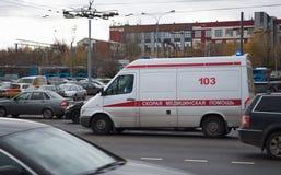 Oktober 2017, Moskva, Ryssland Ambulans i trafik Royaltyfria Foton