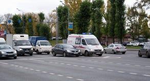 Oktober 2017, Moskva, Ryssland Ambulans i trafik Royaltyfri Bild