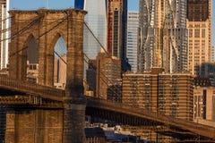 24. Oktober 2016 - NEW YORK - Brooklyn-Brücke und Manhattan-Skylinefunktionen eine World Trade Center bei Sonnenaufgang, NY NY Stockfotos