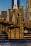24. Oktober 2016 - NEW YORK - Brooklyn-Brücke und Manhattan-Skylinefunktionen eine World Trade Center bei Sonnenaufgang, NY NY Lizenzfreies Stockbild