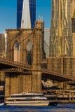 24. Oktober 2016 - NEW YORK - Brooklyn-Brücke und Manhattan-Skylinefunktionen eine World Trade Center bei Sonnenaufgang, NY NY -  Lizenzfreies Stockfoto